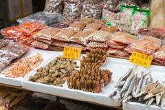 Гонконг - 4-ое декабря 2015: Рынок Tai Po известное туристическое место внутри Стоковые Изображения