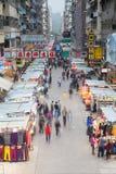 ГОНКОНГ - 18-ОЕ ФЕВРАЛЯ 2014: Уличный рынок Mong Kok, 18-ое февраля 2014, Гонконг Стоковые Фотографии RF