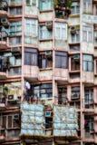 ГОНКОНГ, CHINA/ASIA - 29-ОЕ ФЕВРАЛЯ: Старый жилой квартал в Hong стоковые фотографии rf
