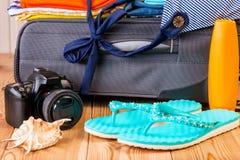 Гонорары на каникулах! Объекты на предпосылке чемодана стоковое фото