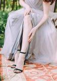 Гонорары невест утра вне ботинок ног одевают стоковые изображения rf