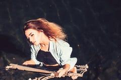 Гонор ее единственный стимул Чувственный вид женщины на веревочке над поверхностью воды Сексуальная женщина взбираясь вверх лестн стоковые фотографии rf