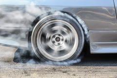 Гоночная машина горит автошины для гонки Стоковое фото RF