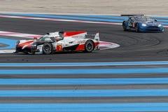 Гоночные автомобили Тойота и Aston-Мартина стоковая фотография rf