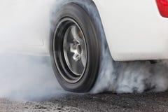 Гоночный автомобиль сопротивления горит автошины для гонки Стоковое Фото