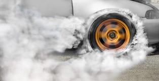 Гоночный автомобиль сопротивления горит автошины для гонки Стоковая Фотография