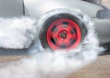 Гоночный автомобиль сопротивления горит автошины для гонки Стоковое Изображение