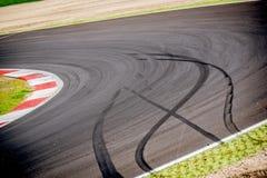 Гоночный трек Motorsport и хлопнутый автомобилем знак тормозов Стоковая Фотография