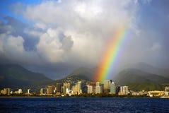 Гонолулу Гаваи с яркой радугой после stom дождя увиденного для Стоковое Фото
