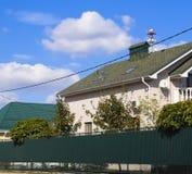 Гонт асфальта Декоративные гонт битума на крыше дома кирпича Загородка сделанная из рифлёного металла стоковые фотографии rf