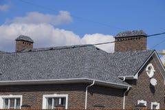 Гонт асфальта Декоративные гонт битума на крыше дома кирпича стоковое изображение rf