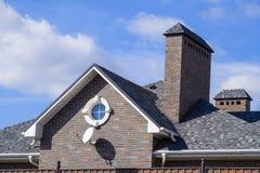 Гонт асфальта Декоративные гонт битума на крыше дома кирпича стоковые изображения rf