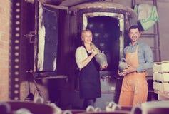 2 гончара работая в мастерской Стоковое фото RF