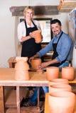 2 гончара работая с керамикой в atelier Стоковое Фото