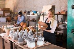 2 гончара работая с керамикой в atelier Стоковые Изображения