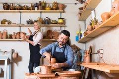 2 гончара работая с керамикой в atelier Стоковые Фотографии RF