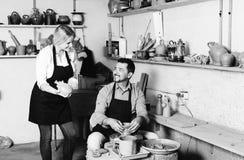 2 гончара работая с керамикой в atelier Стоковая Фотография