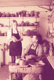 2 гончара работая с керамикой в atelier Стоковое Изображение RF