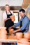 2 гончара работая с керамикой в atelier Стоковые Изображения RF