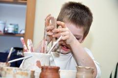 гончарня глины ребенка мальчика формируя студию Стоковое Изображение RF
