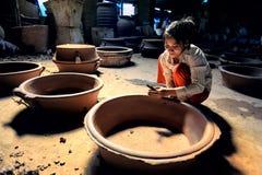 Гончарня женщины handmaking Стоковые Фото