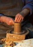 гончарня Руки гончара который делает кувшин из глины корабль Стоковое фото RF