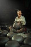 Гончар делая глиняный горшок Стоковое Фото