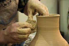 Гончар отливает крупный план в форму бака кувшина глины Стоковое фото RF