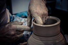 Гончар отливает крупный план в форму бака кувшина глины Стоковые Фото