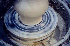 Гончар отливает крупный план в форму бака кувшина глины Стоковые Изображения