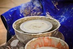 Гончар отливает крупный план в форму бака кувшина глины Стоковая Фотография