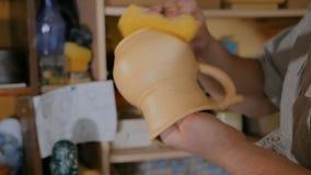 Гончар подготавливая керамические изделия для гореть видеоматериал