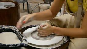 Гончар формирует продукт глины на колесе гончара сток-видео
