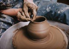 Гончар формирует продукт глины с инструментами гончарни на колесе ` s гончара стоковое фото rf