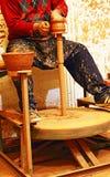 Гончар формируя глиняный горшок Стоковые Фотографии RF