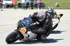 2 гонщика мотоцилк в левом поворачивают дальше след Стоковые Изображения RF