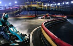 2 гонщика тележки участвуют в гонке на грандиозном следе Стоковые Фотографии RF