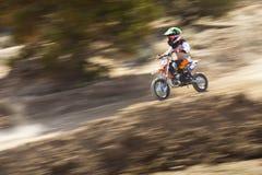 Гонщик велосипеда грязи молодости Стоковое фото RF