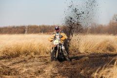 Гонщик велосипеда Enduro в поле Стоковое фото RF
