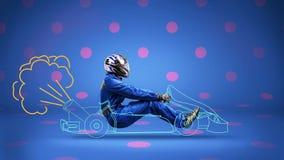 Гонщик в покрашенный racecar на предпосылке полька-точки стоковая фотография