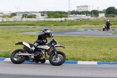 Гонщик мотоцикла принимает практику, который побежали на следе спорт стоковое фото rf