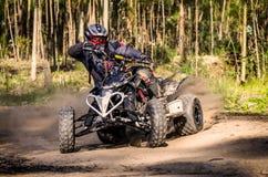Гонщик ATV принимает поворот во время Стоковая Фотография