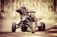 Гонщик ATV принимает поворот во время стоковые фото