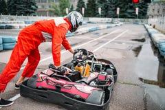 Гонщик Kart на линии старта, идет водитель тележки Стоковое фото RF