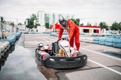 Гонщик Kart на линии старта, идет водитель тележки стоковая фотография rf