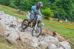 Гонщик Motocross на утесах стоковое фото