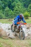 Гонщик Motocross на утесах стоковое изображение rf