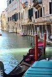 Гондола в Венеции около зданий Стоковые Фото
