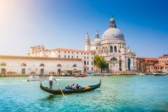 Гондола на канале большом с салютом della Santa Maria di базилики, Венеции, Италии стоковое изображение rf