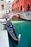 Гондола на канале Венеции с мостом и дома стоя в воде стоковые фотографии rf
